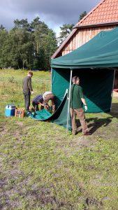 Der Aufbau unseres großen Zeltes ist Teamabeit